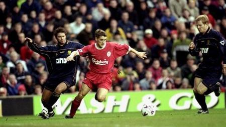 Michael Owen (merah) saat masih bersama Liverpool. - INDOSPORT