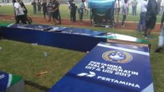 Indosport - Suasa semifinal Piala Soeratin 2017 yang berakhir ricuh