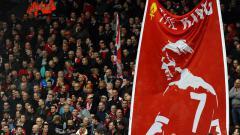 Indosport - Bendera King Kenny dikibarkan oleh fans Liverpool.