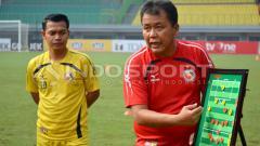 Indosport - Pelatih kepala Semen Padang, Syafrianto Rusli (kanan).