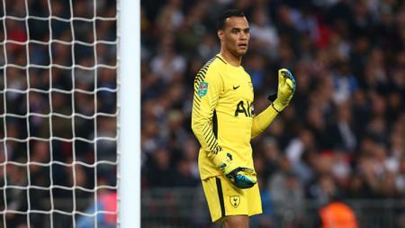 Mantan kiper Tottenham Hotspur, Michel Vorm memutuskan pensiun menjadi pemain sepak bola profesional di usia 37 tahun. - INDOSPORT
