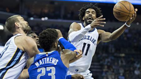 Duel udara pemain Dallas Mavericks melawan Memphis Grizzlies. - INDOSPORT