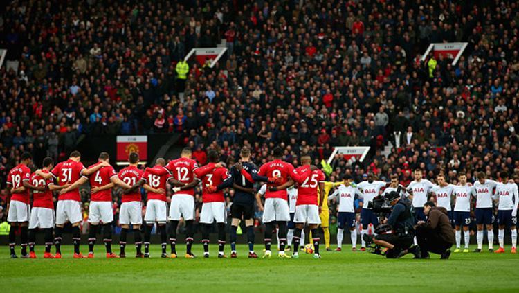Para pemain Manchester United dan Tottenham Hotspur melakukan aksi hening sejenak. Copyright: INDOSPORT