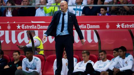 Zinedine Zidane tampak fokus para pemainnya saat melawan Girona. - INDOSPORT