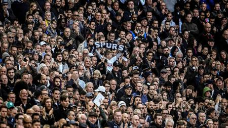 Fans Tottenham Hotspur saat memberikan dukungan kepada lawannya ketika melawan manchester City. - INDOSPORT