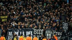 Indosport - Fans Napoli turut hadir di stadion saat bersua dengan Manchester City pada penyisihan grup Liga Champions (18/10/17).