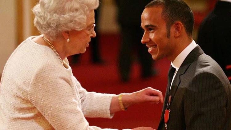 Lewis Hamilton saat berkunjung ke istana Ratu Elizabeth. Copyright: thesun.co.uk