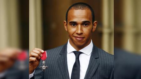 Lewis Hamilton mendapat penghargaan dari Ratu Elizabeth. - INDOSPORT