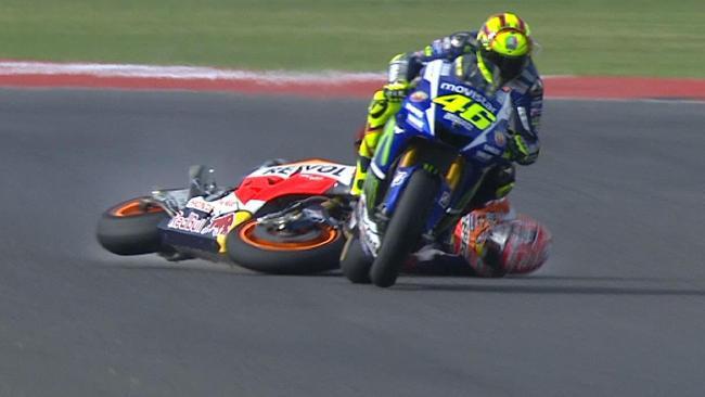 Marc Marquez jatuh usai ditendang Rossi. Copyright: Internet