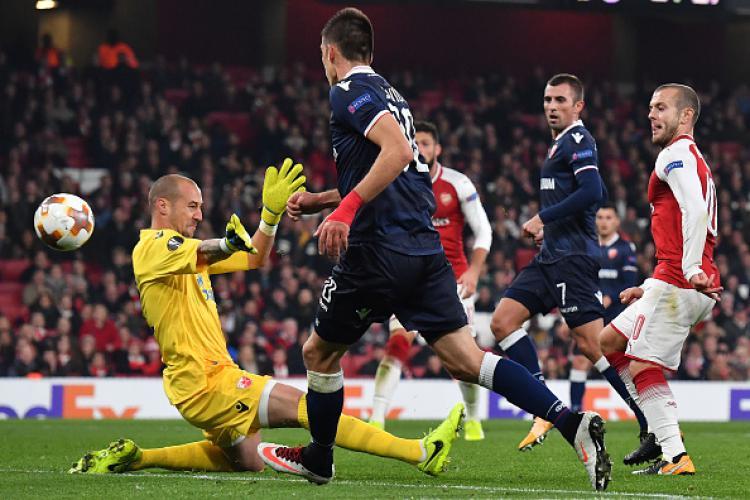 Duel pemain Arsenal vs Zvezda. Copyright: INDOSPORT