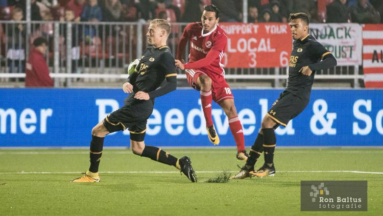 Ezra Walian dalam laga Almere City kontra Jong AZ. Copyright: Twitter/Almere City
