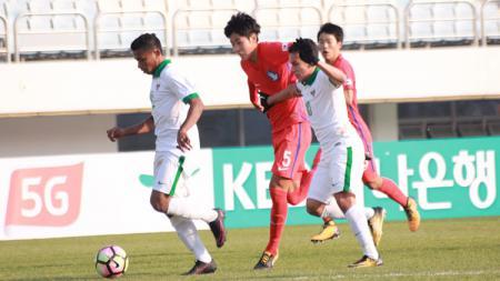 Duel Pemain Indonesia U-19 vs Korea Selatan. - INDOSPORT