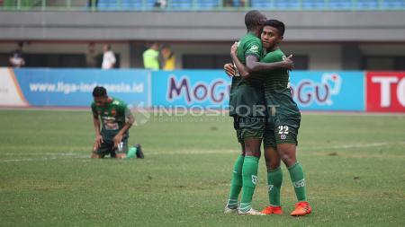 Kegembiraan pemain PS TNI usai berhasil mengalahkan Persipura Jayapura 2-1. - INDOSPORT