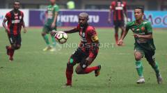 Indosport - Boaz Solossa dijaga ketat pemain PS TNI.