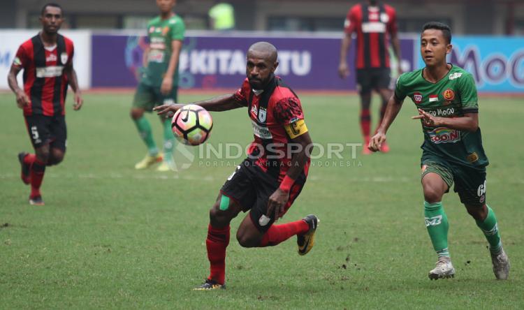Boaz Solossa dijaga ketat pemain PS TNI. Copyright: Herry Ibrahim/INDOSPORT