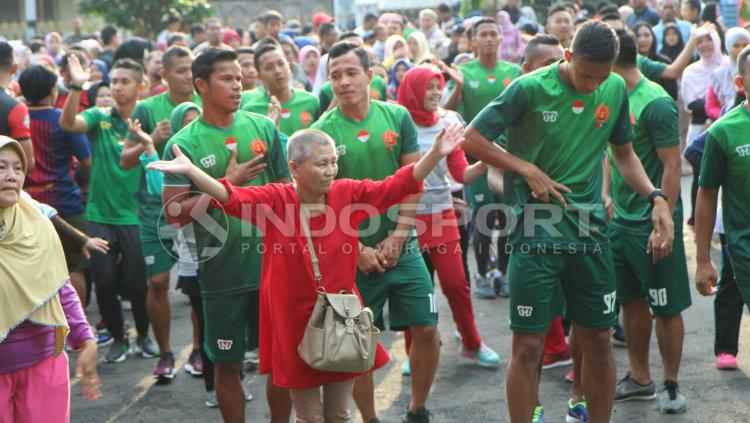 Pemain PS TNI aerobik bersama ibu-ibu Copyright: INDOSPORT/Zainal Hasan