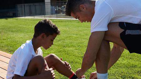 Cristiano Ronaldo dengan sang anak. - INDOSPORT