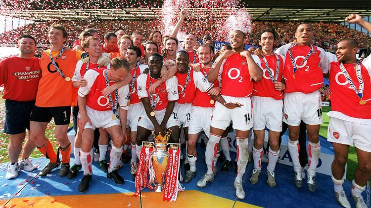 Arsenal saat angkat piala Liga Inggris 2003-2004 Copyright: Google
