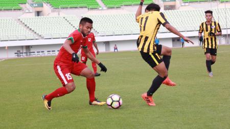 Saddil Ramdani (kiri) mengontrol bola dari pemain Malaysia. - INDOSPORT