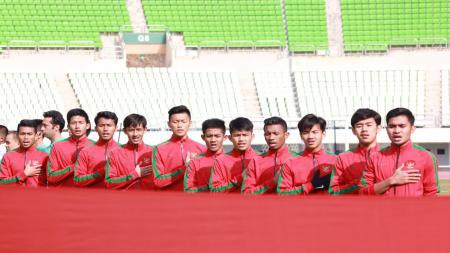 Skuat Timnas Indonesia U-19 saat menyanyikan lagu Indonesia raya sebelum pertandingan dimulai. - INDOSPORT