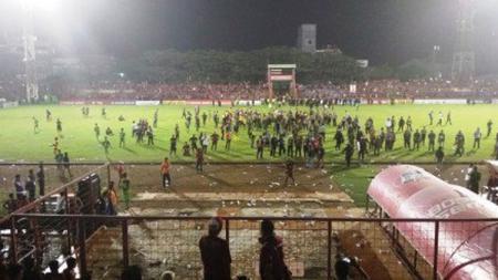 Bentrok antar suporter PSM Makassar dan Bali United. - INDOSPORT