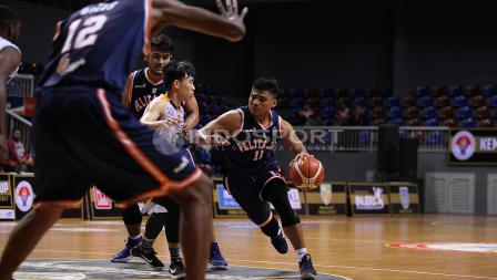 Pemain Pelita Jaya, Ponsianus Indrawan (kanan) melakulan drible bola dijaga ketat pemain Satya Wacana. Herry Ibrahim/INDOSPORT