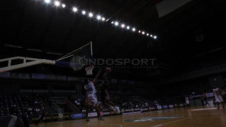 Aksi Slam dunk pemain Pelita Jaya, Chester Jarrel (kanan). Herry Ibrahim/INDOSPORT