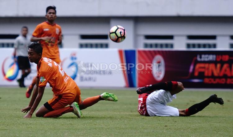 Pemain Bali United U-19 dan Borneo U-19 terjatuh setelah adu body. Herry Ibrahim/INDOSPORT Copyright: Herry Ibrahim/INDOSPORT