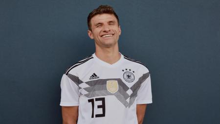 Thomas Muller tersenyum saat di potret untuk penampilan jersey baru Timnas Jerman. - INDOSPORT