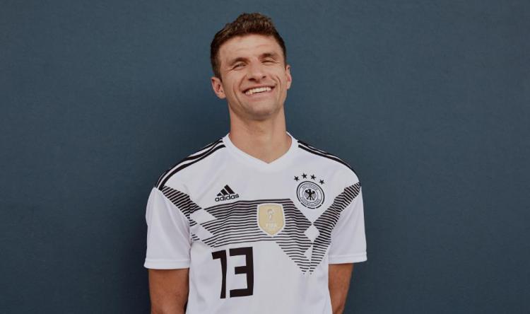 Thomas Muller tersenyum saat di potret untuk penampilan jersey baru Timnas Jerman. Copyright: Twitter@adidasfootball