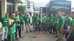 Indosport - Pasukan PSMS Medan sebelum berangkat ke Stadion Patriot.