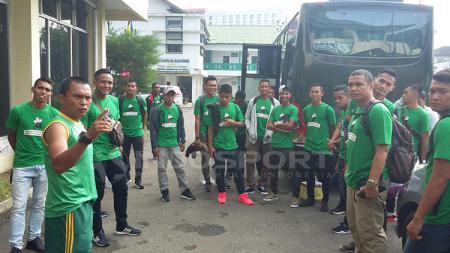 Pasukan PSMS Medan sebelum naik Bus. - INDOSPORT