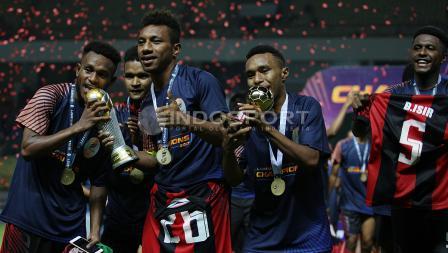 Pemain Persipura Jayapura U-19 melakukan selebrasi pasca berhasil menjuarai Liga 1 U-19.