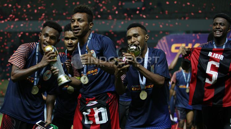 Pemain Persipura Jayapura U-19 melakukan selebrasi pasca berhasil menjuarai Liga 1 U-19. Copyright: INDOSPORT/Herry Ibrahim