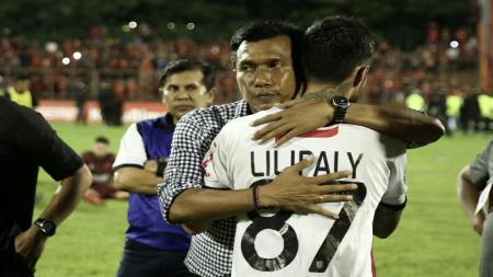 Widodo Cahyono Putro memeluk Stefano Lilipaly pasca laga kontra PSM Makassar. - INDOSPORT
