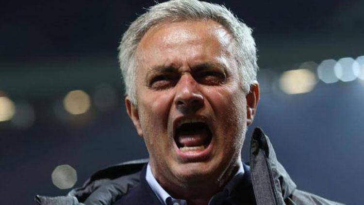 Jose Mourinho teriak dari pinggir lapangan memberi arahan Copyright: The Independent