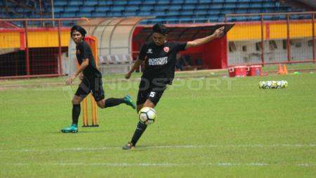Berikut lika-liku perjalanan karier sepak bola junior Muhammad Arfan hingga menjadi salah satu gelandang terbaik dari klub Liga 1 PSM Makassar. - INDOSPORT