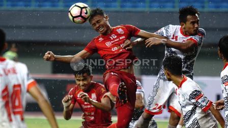 Duel udara permainan antara Persis Solo melawan Martapura FC. Herry Ibrahim/INDOSPORT