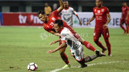 Pemain Persis Solo tengah menahan salah satu pemain Martapura FC. Herry Ibrahim/INDOSPORT