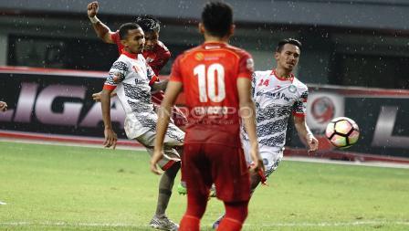Dua pemain Martapura FC tengah menghalau tendangan salah satu pemain Persis Solo. Herry Ibrahim/INDOSPORT