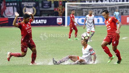 Pemain Martapura FC terjatuh saat berlawanan dengan salah satu pemain Persis Solo. Herry Ibrahim/INDOSPORT