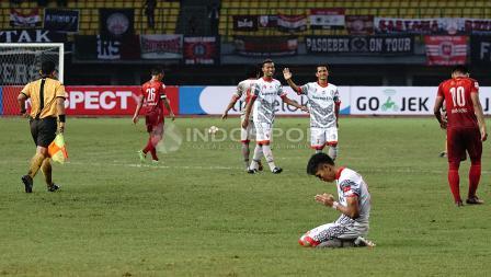 Salah satu pemain Martapura FC tengah melakukan sujud syukur setelah wasit meniup peluit akhir pertandingan. Herry Ibrahim/INDOSPORT