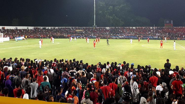 Supporter yang memadati Stadion Marilonga Ende demi mendukung tim kesayangannya Copyright: Internet