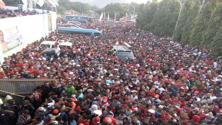 Supporter Perse Ende tumpah ruah di depan Stadion Marilonga Copyright: Internet