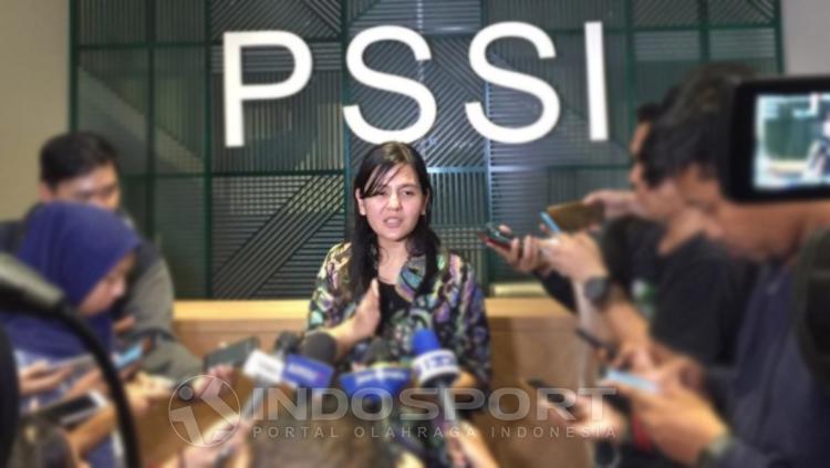 Sekjen PSSI, Ratu Tisha Destria tengah mengadakan jumpa pers di Kantor PSSI. Copyright: Muhammad Adiyaksa/INDOSPORT