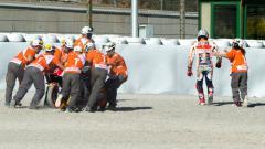 Indosport - Marc Marquez saat terjatuh di free practice 2.