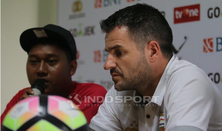 Pelatih Bhayangkara FC, Simon McMenemy saat jumpa pers jelang Laga Bhayangkara FC vs Persija Jakarta. Copyright: Herry Ibrahim/INDOSPORT