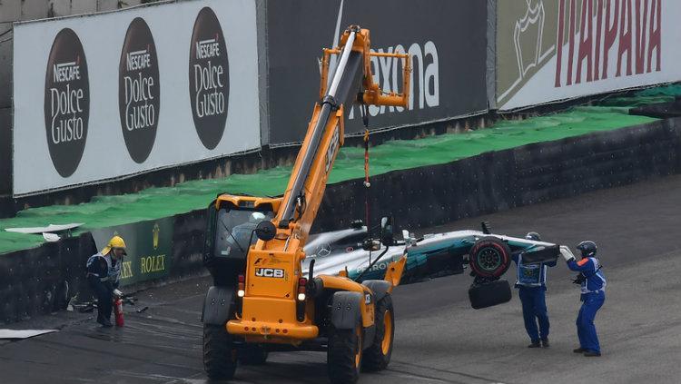 Mobil Hamilton diangkut setelah menabrak dinding pembatas di sesi Kualifikasi Pertama G1 GP Brasil 2017. Copyright: LAT Photo