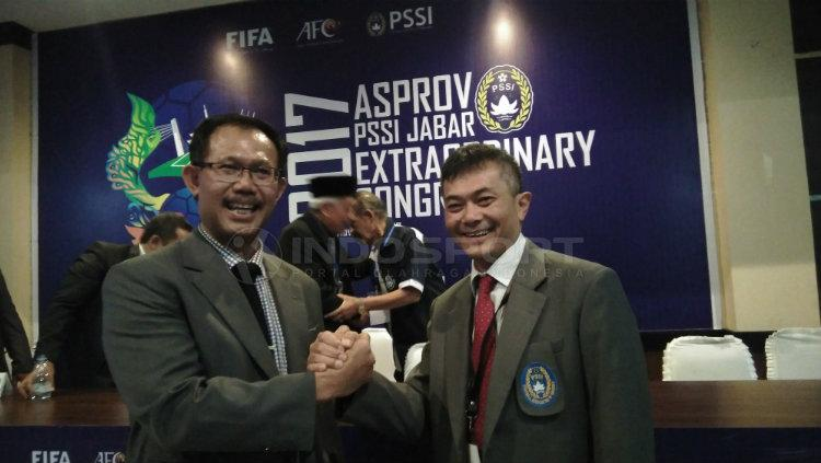 Ketua Umum Asprov PSSI Jabar Periode 2017-2021, Tommy Apriantono (kanan) berjabat tangan dengan Wakilnya Aji G Sugiyat (kiri) yang terpilih dalam KLB Asprov PSSI Jabar di Gedung Asprov PSSI Jabar, Copyright: INDOSPORT/Gita Agiet