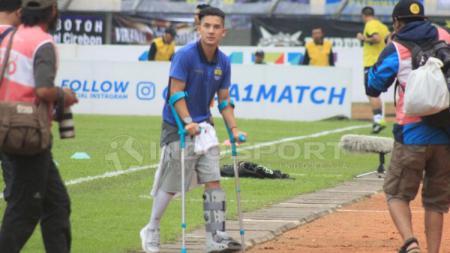 Kim Kurniawan yang masih cedera datang langsung untuk menyaksikan pertandingan Persib. - INDOSPORT